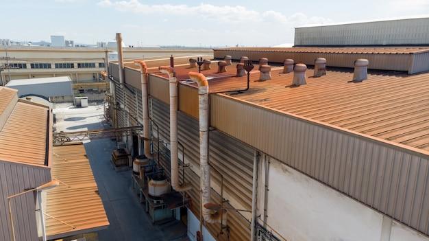 Vista aérea do telhado com ventilação de giro de bola na antiga fábrica.