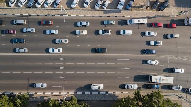 Vista aérea do tráfego de interseção de veículos no horário de pico com carros