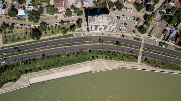 Vista aérea do tráfego de interseção de veículos no horário de pico