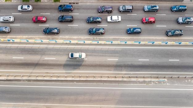 Vista aérea do tráfego rodoviário de automóveis de muitos carros na rodovia de cima, conceito de transporte da cidade