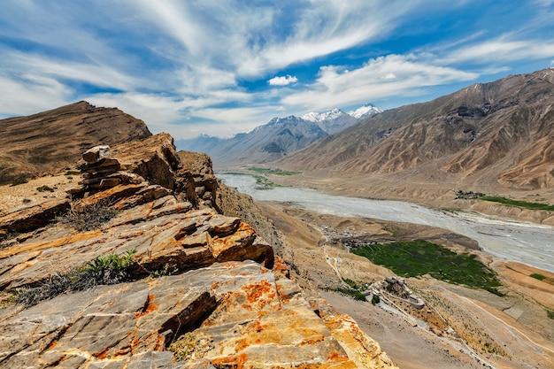 Vista aérea do vale do spiti e das principais gompas no himalaia