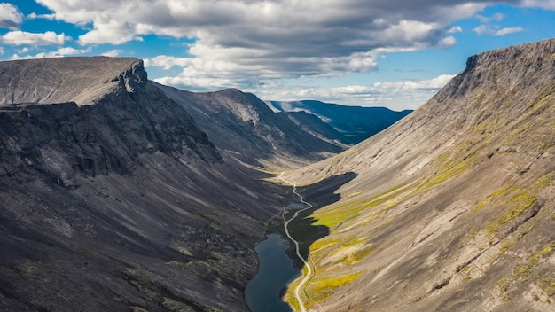 Vista aérea do vale em khibiny