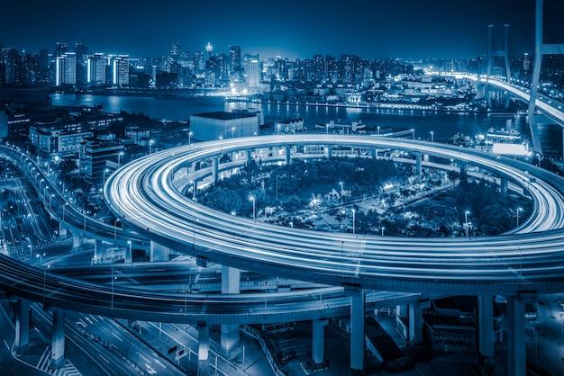 Vista aérea do viaduto de xangai à noite