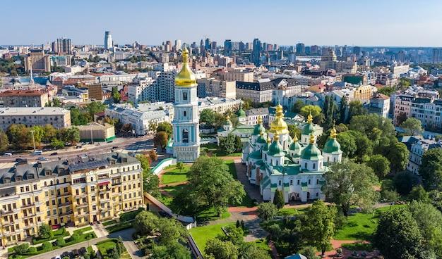 Vista aérea do zangão da catedral de santa sofia e o horizonte da cidade de kiev de cima, paisagem urbana de kiev, capital da ucrânia