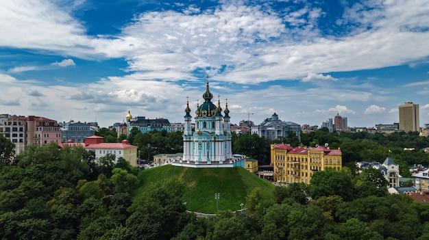 Vista aérea do zangão da igreja de saint andrew e da rua andreevska de cima, paisagem urbana do distrito de podol, cidade de kiev (kiev), ucrânia