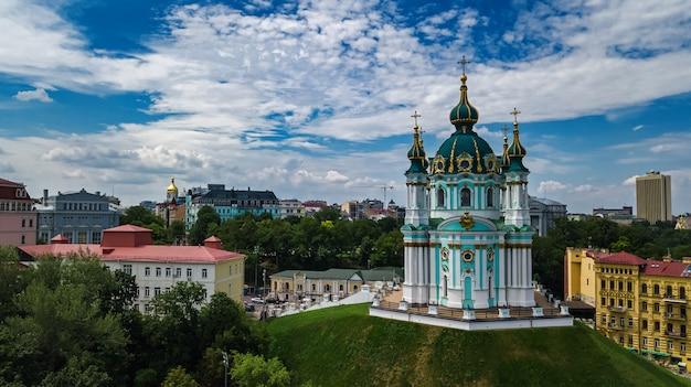 Vista aérea do zangão da igreja de santo andré e da rua andreevska de cima, paisagem urbana do distrito de podol, cidade de kiev (kiev), ucrânia