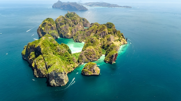 Vista aérea do zangão da ilha tropical de ko phi phi, praias e barcos na água do mar azul clara de andaman de cima, belas ilhas do arquipélago de krabi, tailândia