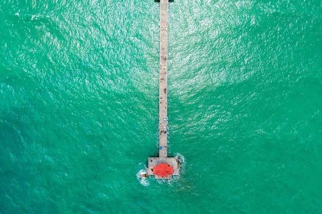 Vista aérea do zangão de cima para baixo da ponte longa no mar tropical