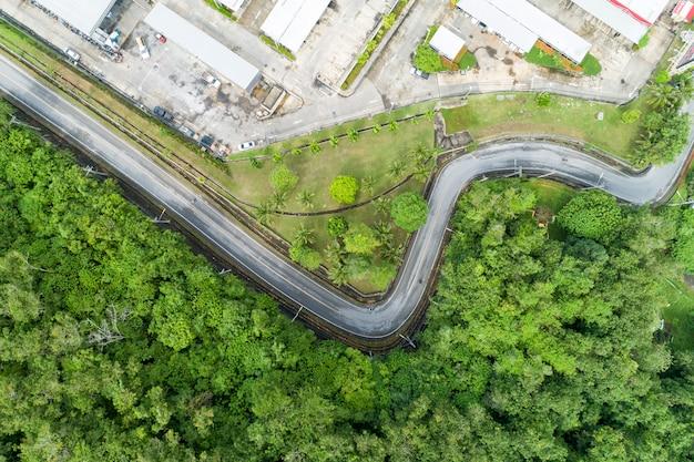 Vista aérea do zangão de curvas de estrada de asfalto