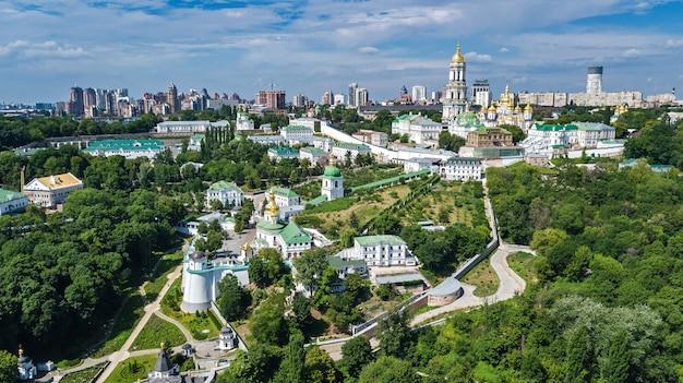 Vista aérea do zangão de igrejas de kiev pechersk lavra em colinas de cima, paisagem urbana da cidade de kiev, ucrânia