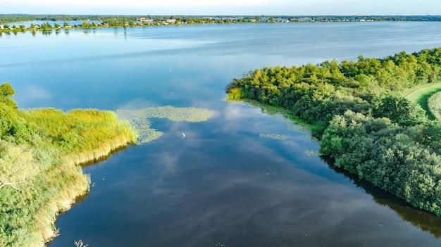 Vista aérea do zangão do caminho na barragem na água polder de cima, paisagem e natureza da holanda do norte, holanda