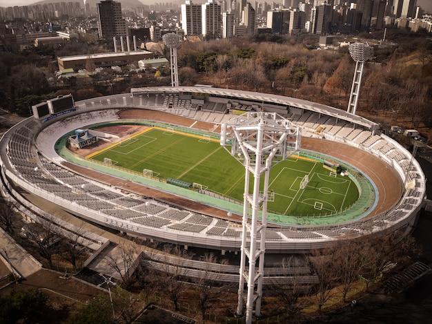 Vista aérea do zangão no campo de futebol