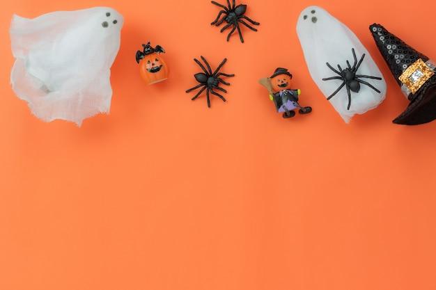 Vista aérea dos acessórios conceito de fundo do festival de halloween. diversos itens de diferença no papel de parede laranja clássico na área de trabalho do escritório. objeto de assinatura do espaço da estação. trabalho para redação e alfabeto