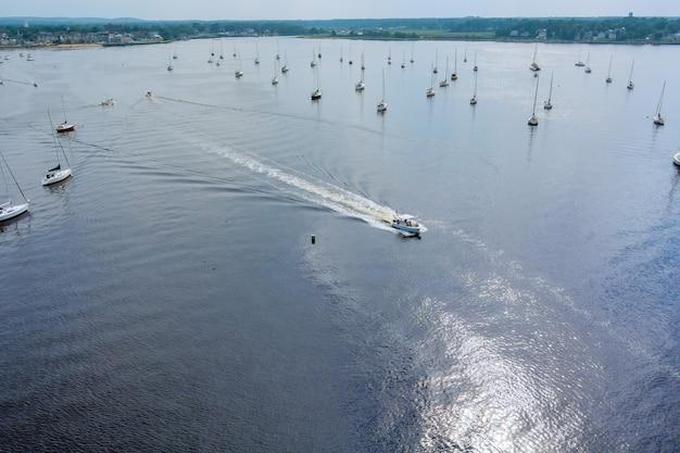 Vista aérea dos barcos à vela da marina de iates no oceano de cima