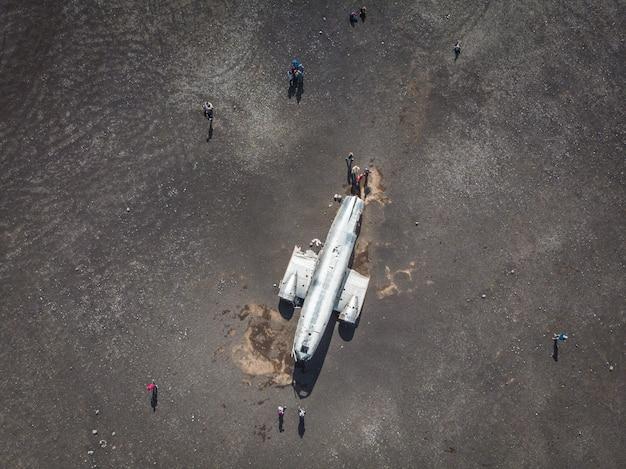 Vista aérea dos destroços do avião dc da marinha dos estados unidos no black be