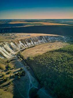 Vista aérea dos dramáticos penhascos e planícies de old orhei perto da vila de trebijeni, moldávia