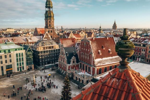 Vista aérea dos edifícios antigos em riga, letônia, no inverno