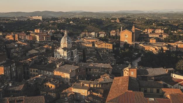 Vista aérea dos edifícios antigos que mostram a arquitetura da europa ocidental em siena, itália