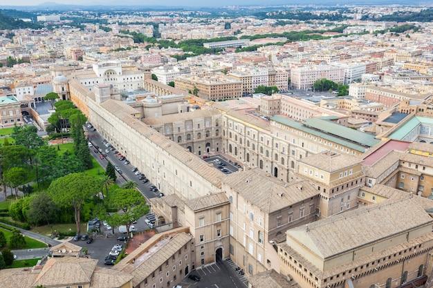 Vista aérea dos edifícios dos museus do vaticano na cidade de roma, itália