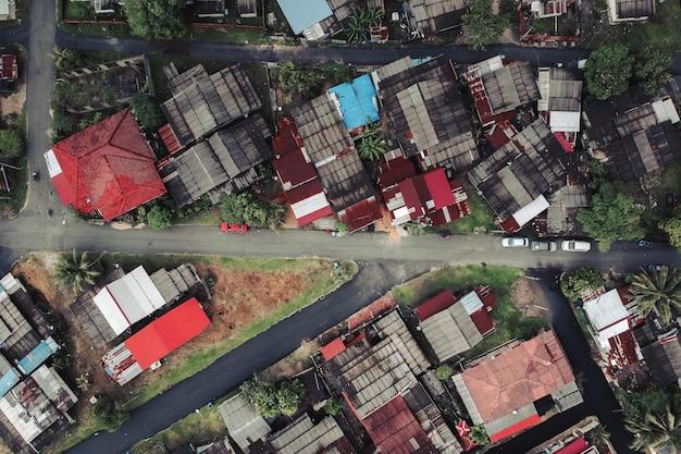 Vista aérea dos edifícios e estradas de uma cidade pequena