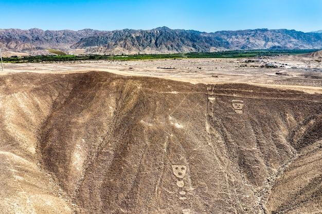 Vista aérea dos geoglifos de palpa. patrimônio mundial da unesco no peru