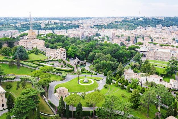 Vista aérea dos jardins do vaticano da cúpula da basílica de são pedro