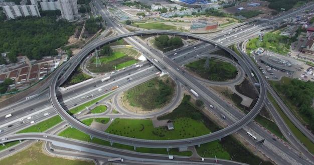 Vista aérea dos nós de transporte com tráfego rotatório