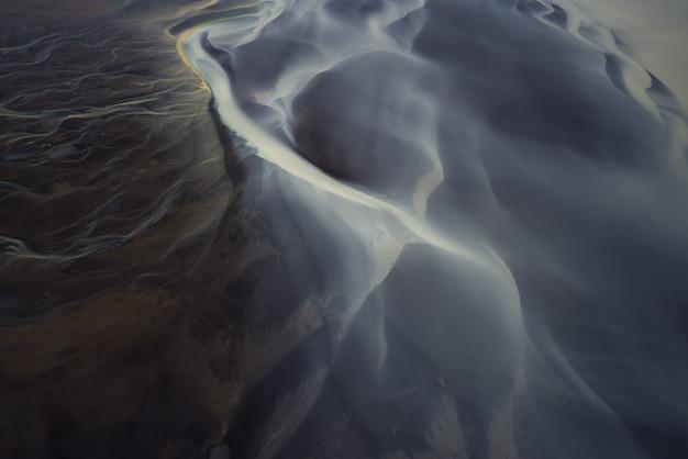 Vista aérea dos rios da geleira na islândia