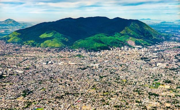 Vista aérea dos subúrbios do rio de janeiro, no brasil