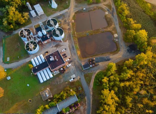 Vista aérea dos tanques de água da estação de tratamento de esgoto no processamento de tratamento de águas residuais após a estação nos sistemas