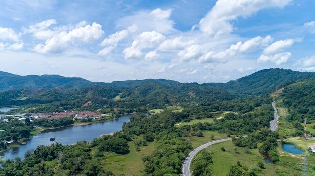 Vista aérea drone tiro da floresta tropical de montanha