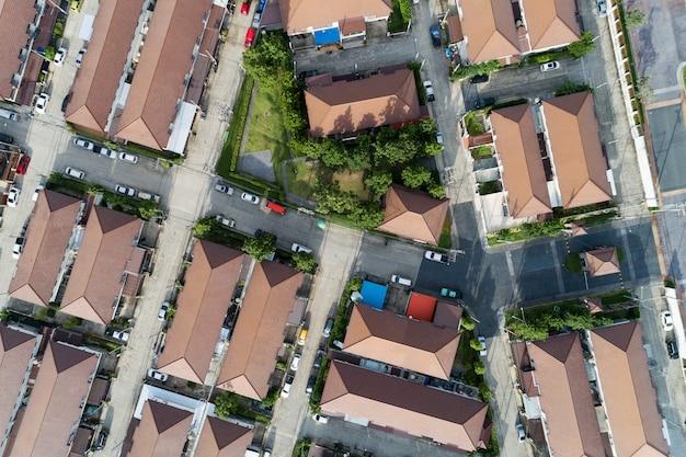 Vista aérea drone tiro de casas modernas aldeia na tailândia