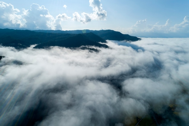 Vista aérea drone tiro de ondas de nevoeiro na floresta tropical montanha, imagem de vista aérea sobre as nuvens
