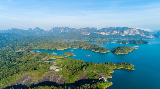 Vista aérea, drone, tiro, de, paisagem, montanha, floresta tropical, em, tailandia