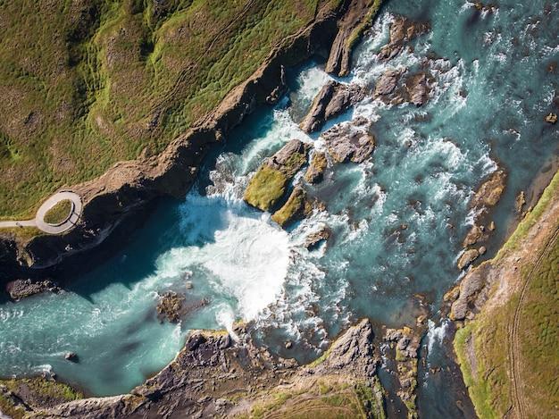 Vista aérea e vista superior do rio na islândia. belo bac natural
