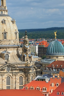 Vista aérea em telhados da antiga dresden e parte da frauenkirche