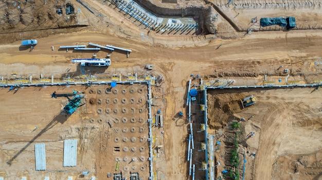 Vista aérea empilhando equipamento trabalhando no canteiro de obras