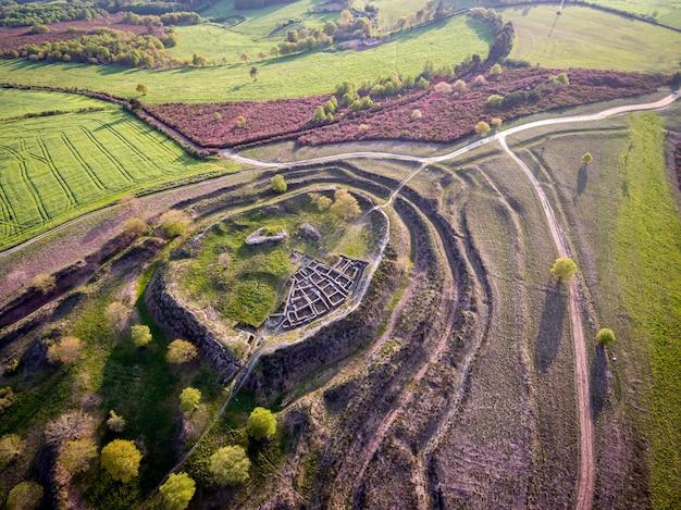 Vista aérea, fortificação celta, ruínas, castromaior, portomarín, lugo, espanha Foto Premium