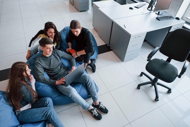 Vista aérea. grupo de jovens com roupas casuais, trabalhando em um escritório moderno