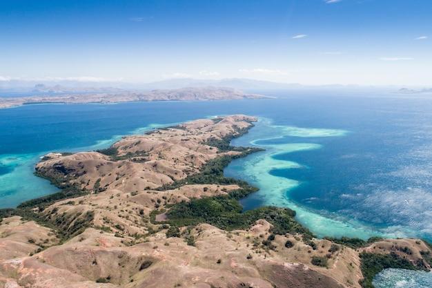 Vista aérea, ilha komodo, parque nacional komodo, indonésia, oceano índico, ásia