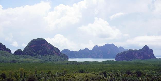 Vista aérea ilhas no sul da tailândia na floresta mais manguezal do leste da ásia.