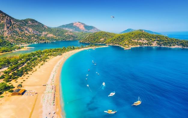 Vista aérea incrível da lagoa azul em oludeniz, turquia
