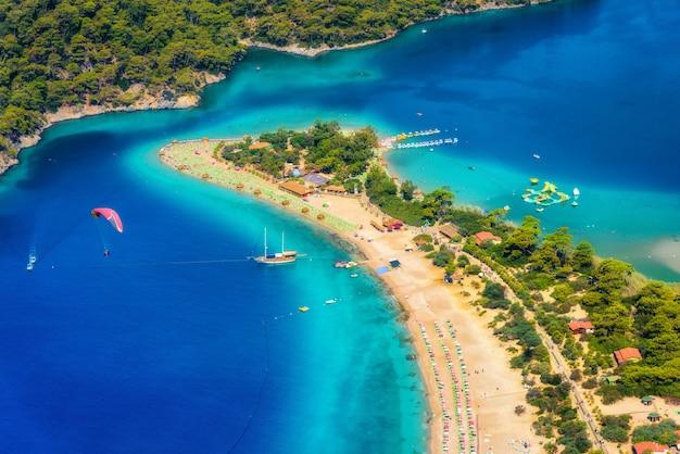 Vista aérea incrível da lagoa azul