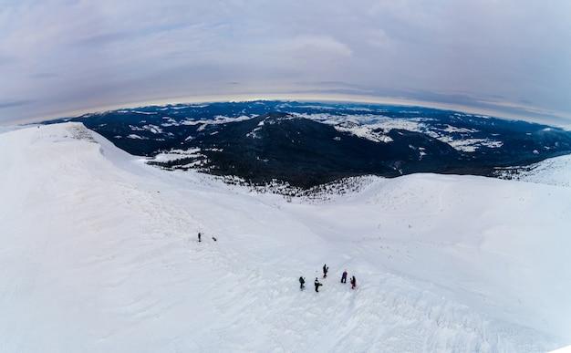 Vista aérea incrível de uma colina com esquiadores