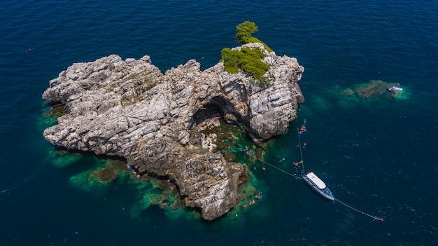 Vista aérea lan ped lan kai ilha, tubarão-baleia mergulho e mergulho na tailândia, chumporn