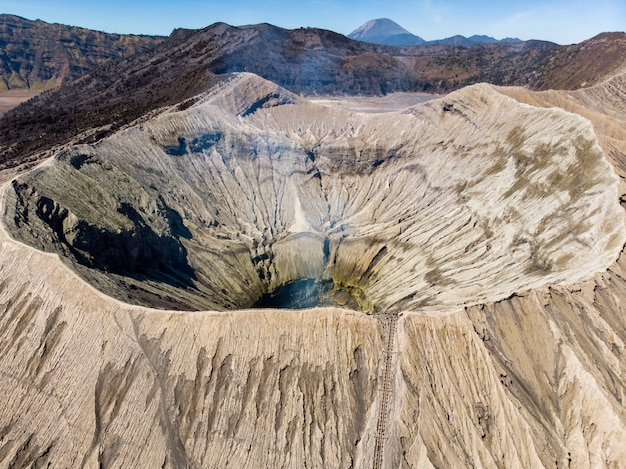 Vista aérea majestosa montagem cratera vulcão, kawah bromo