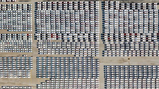 Vista aérea muitos veículos no estacionamento de carros novos para exportação, negócios e logística