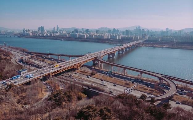Vista aérea na bela ponte e rio em seul