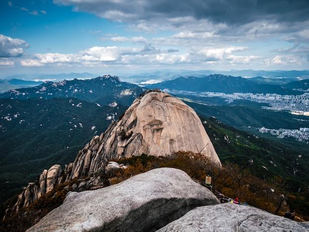 Vista aérea na grande montanha na coréia do sul