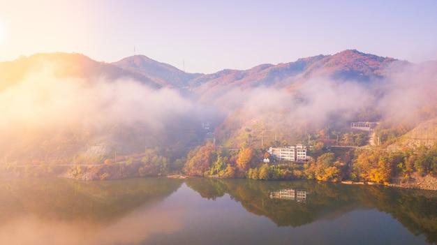 Vista aérea. nascer do sol de outono na ilha de nami, seul, coréia